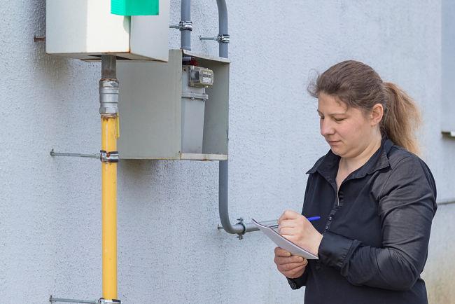 Žena kontroluje plynoměr