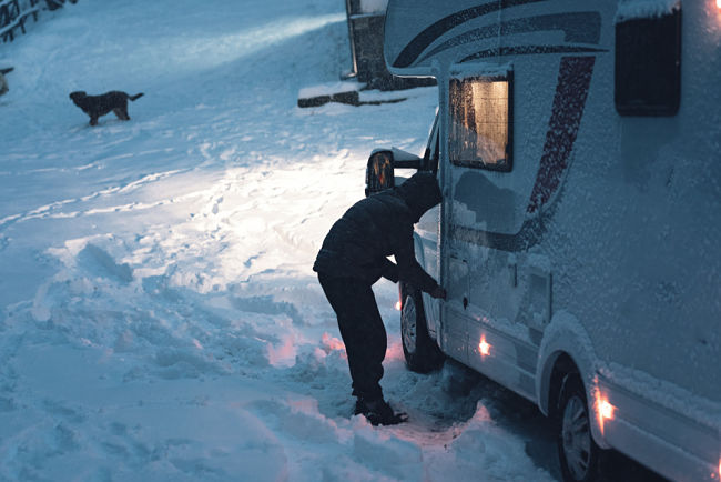 Kontrola plynových lahví v karavanu