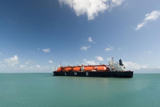 Zkapalnění zemního plynu se používá při přepravě přes moře.