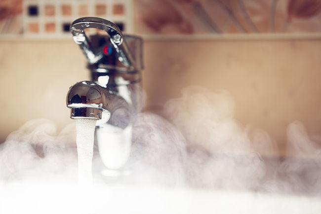 Ohřev vody: Teplá voda tekoucí z kohoutku.